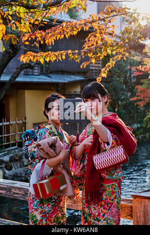 Japan, Honshu Island, Region Kansai, Kyoto, Gion, Geisha ehemaligen Bereich, junge Frauen im Kimono - Stockfoto
