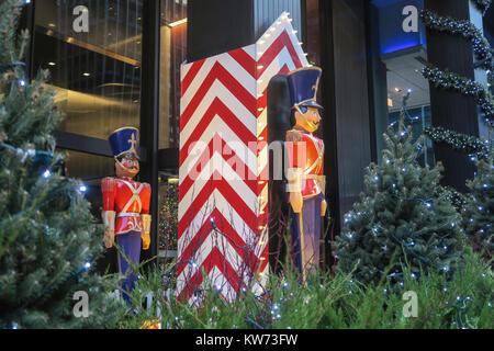 Soldat Urlaub Dekorationen an der UBS Gebäude auf der Park Avenue, New York, USA - Stockfoto