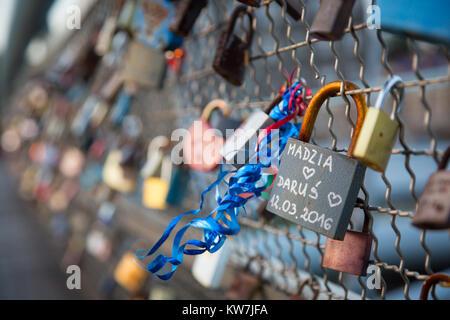 Ein Vorhängeschloss ist ein Zaun befestigt - Stockfoto