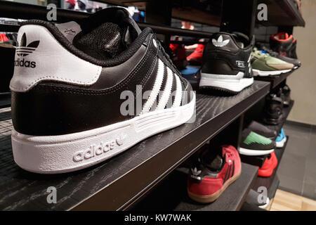 Lubin, Polen - 17. November 2017: Sammlung von trendigen Adidas Sportschuhe für den Verkauf in den adidas Shop angeboten. - Stockfoto