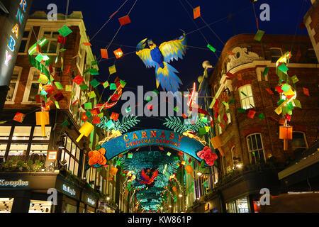 Weihnachtsbeleuchtung in der Carnaby Street, London mit einem tropischen Weihnachten Karneval Thema - Stockfoto