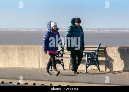 Sonnigen Tag der neuen Jahre, Southport, Merseyside. 1. Januar 2018. UK Wetter. Menschen abblasen Silvesternacht - Stockfoto