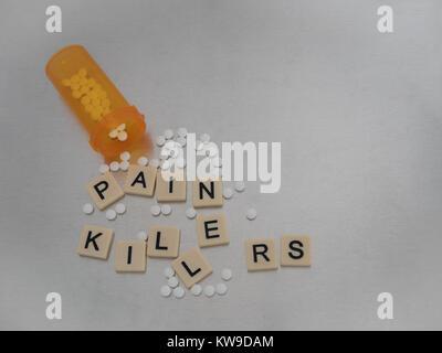 Schmerzmittel mit Fliesen Buchstaben in zufällige Art und Weise mit einer offenen Flasche oxycodone Tablets platziert - Stockfoto