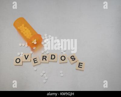 Eine Überdosierung mit Fliesen Buchstaben in einer zufälligen Art und Weise mit einer offenen Flasche oxycodone - Stockfoto