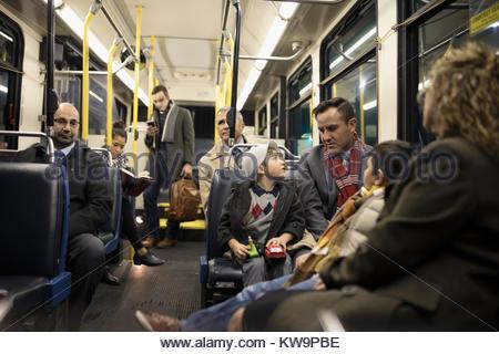 Latino Familie reiten Bus - Stockfoto