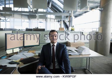 Portrait zuversichtlich Geschäftsmann am Computer im Büro arbeiten, Schaltkasten - Stockfoto