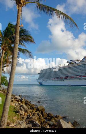 Kreuzfahrtschiff verlassen den Hafen von Miami, Florida, USA - Stockfoto