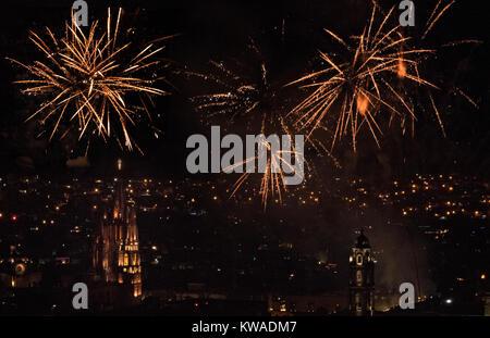 Feuerwerk über der der kolonialen Zentrum auf dem Schüren von Mitternacht feiern das neue Jahr Januar 1, 2018 in - Stockfoto