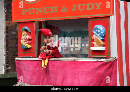 Punch und Judy ein traditionelles Puppentheater für Kinder in der Straße oder am Meer. Herr Punch ist auf seinem - Stockfoto
