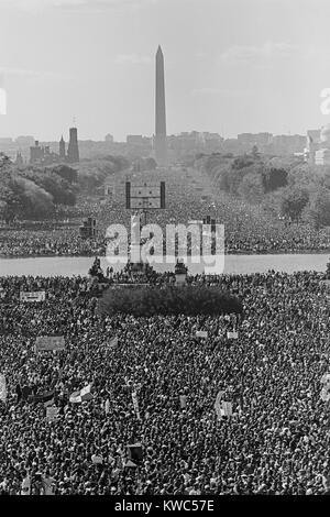 Demonstranten auf der National Mall bei der Million Man March, im Blick auf das Washington Monument. Okt. 16, 1995. - Stockfoto