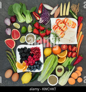 Diät super Essen Konzept mit hohem Proteingehalt Fleisch und Meeresfrüchten, Gemüse, Obst, Milchprodukte und Kräutermedizin - Stockfoto