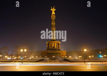 Die berühmten siegessäule in Berlin in einer kalten Winternacht. - Stockfoto
