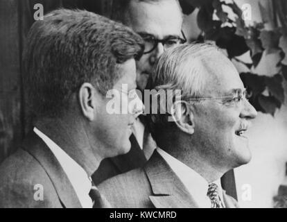 CIA-Direktor Allen Dulles (rechts) mit gewählter Präsident John F. Kennedy im Jahre 1960. Kennedy entschied sich - Stockfoto