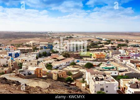 Hohe Blick nach Süden über Espargos in Richtung der lokalen Flughafen der Insel Sal, Salina, Kap Verde, Afrika - Stockfoto