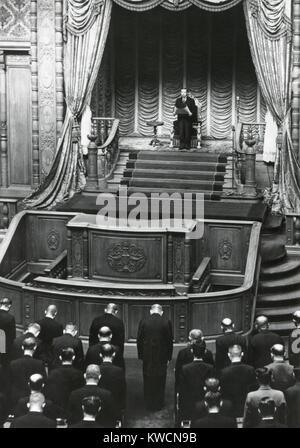"""Kaiser Hirohito Adressierung der Sechsten Außerordentlichen Diät an November 11, 1949. Er bestätigte die """"Geschäfts - Stockfoto"""