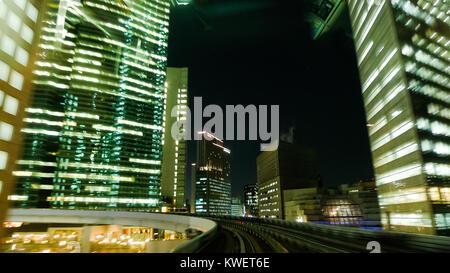 Eine Gruppe von modernen Wolkenkratzer in der Stadt Toyko in Japan bei Nacht - Stockfoto