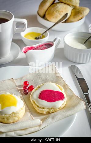 Scones mit Lemon curd - Stockfoto