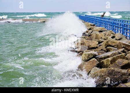 Rauhen Wellen an der Pier, Lake Michigan - Stockfoto