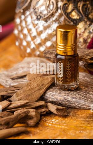 Agarwood, auch aloeswood, ätherisches Öl und Räucherwerk Chips genannt - Stockfoto