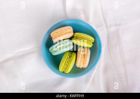Detailansicht der bunten schmackhaft und lecker Macarons in der Platte serviert. - Stockfoto