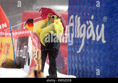 Oberstdorf, Deutschland. 03 Jan, 2018. Zuschauer stand auf der Stürmischen und regnerischen Wetter auf der FIS Tour - Stockfoto