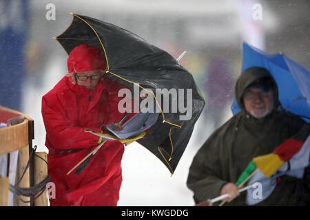Oberstdorf, Deutschland. 03 Jan, 2018. Zuschauer gehen mit stürmischen und regnerischen Wetter auf der FIS Tour - Stockfoto