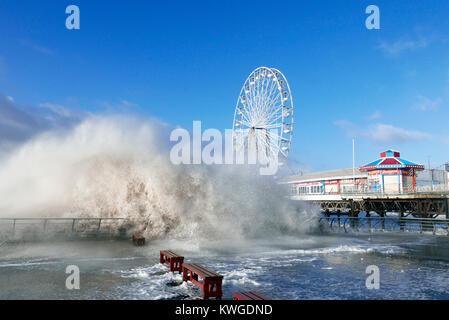 Blackpool, Großbritannien. 3. Januar 2018. Sturm Eleanor bringt Stürme und große Wellen auf der Promenade von Blackpool. - Stockfoto