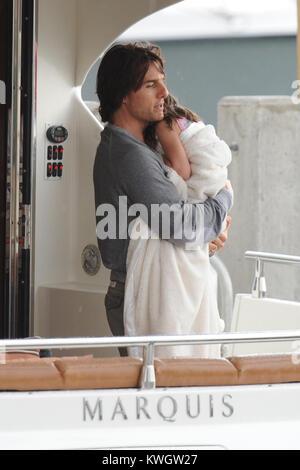 MIAMI, FL - Juni 19: Tom Cruise verbringt Vatertag yachting und entspannend mit Frau Katie Holmes und Tochter Suri - Stockfoto
