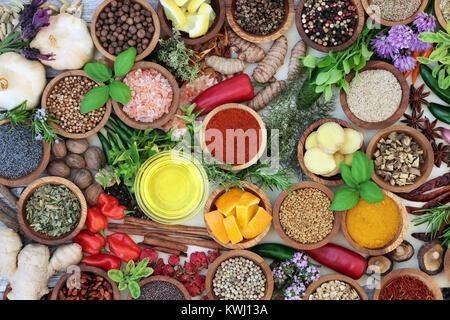Heilkräuter und Gewürze Gewürze abstrakt Hintergrund mit frischen und getrockneten Kräutern und Gewürzen und Olivenöl. - Stockfoto