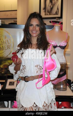 MIAMI BEACH, FL - Juni 02: super-model Alessandra Ambrosio in der Lincoln Road Victoria Secret Store. Alessandra - Stockfoto