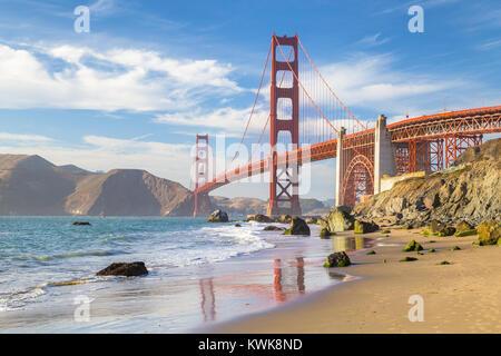 Klassische Panoramablick auf die berühmte Golden Gate Bridge vom malerischen Baker Beach in wunderschönen goldenen - Stockfoto
