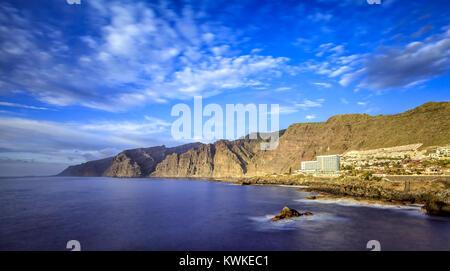 """Acantilados de Los Gigantes (""""Klippen der Riesen"""") sind vertikalen Klippen an der Westküste von Teneriffa. Es handelt - Stockfoto"""
