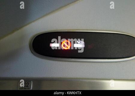Flugzeuge Rauchverbot/keine/nicht Zigarette Zeichen beleuchtet und während eines Fluges in einem Embraer 190 plane - Stockfoto