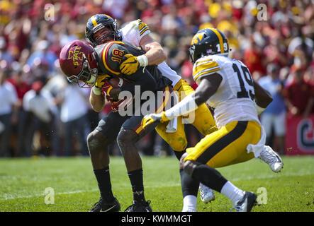 Ames, Iowa, USA. 9 Sep, 2017. Iowa Zustand-Wirbelstürme wide receiver Hakeem Butler (18) ist eingehüllt durch Iowa - Stockfoto