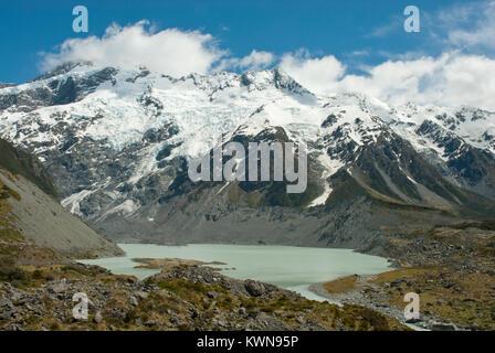 Atemberaubende Hooker Valley, Mueller Gletschersee, mit schneebedeckten Mount Sefton, in den südlichen Alpen NZ; - Stockfoto