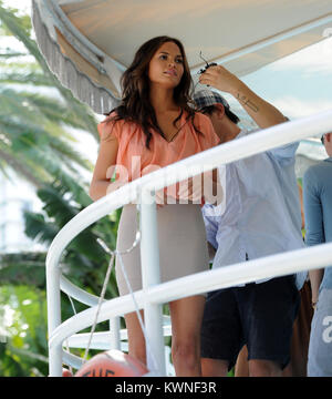 MIAMI BEACH, FL - 15. Juli: Freundin (exklusive Deckung) John Legend's, supermodel Chrissy Teigen stellt am Pool - Stockfoto