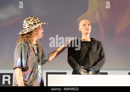 Androide Sophia erste Roboter Bürger von Ben Goertzel Gründer und CEO von SingularityNET, die arbeitet und forscht - Stockfoto