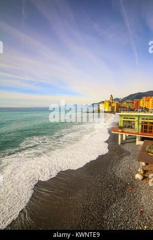 Camogli Italien - Menschen am Strand zu entspannen und die Basilika Santa Maria Assunta im Hintergrund - Stockfoto