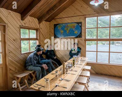 Trekker entspannen in Refugio; Hütte; Lodge at El Chileno camp site; Torres del Paine Nationalpark, Chile - Stockfoto