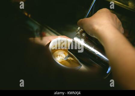 Tasse Kaffee. Latte Art Barista Focus in Milch und Kaffee gemacht. Vintage Farbe - Stockfoto