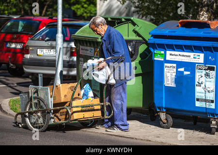 Der arme Mann versucht, etwas zu finden in der Mülltonne, Senior Armut - Stockfoto