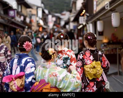 Gruppe von Mädchen im Teenageralter, Sommer in hellen Yukatas Kimonos, zu Fuß in Richtung Kiyomizu-dera auf Matsubara - Stockfoto