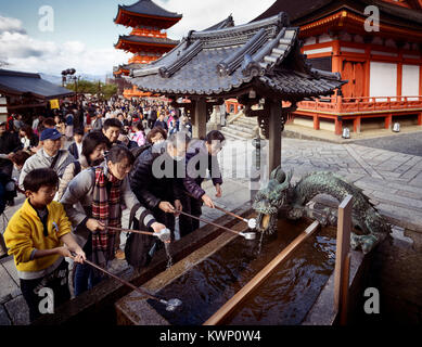 Menschen Waschen der Hände und Mund an chozubachi, Wasser Waschung Pavillon, Becken für ein reinigungsritual, chozuya - Stockfoto
