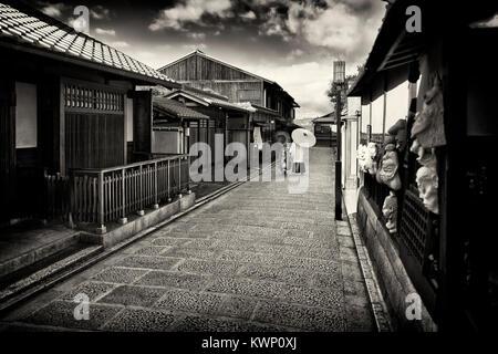 Schwarze und weiße Stadt Landschaft von ein Paar mit japanischen Sonnenschirme in traditioneller Kimono hinunter - Stockfoto