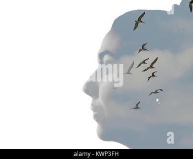 Doppelte Belichtung Porträt einer jungen Frau und Himmel mit Vögel und Wolken - Stockfoto