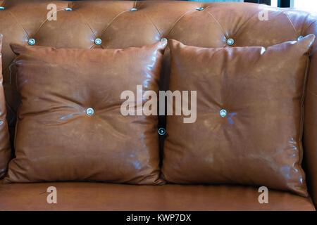 Braun Ledersessel und Sofa im modernen weißen Küsten Wohnzimmer mit ...