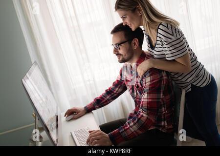 Junge attraktive Designer zusammen arbeiten von zu Hause aus - Stockfoto