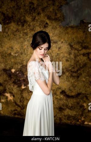 Portrait von Schönheit Braut im weißen Kleid. - Stockfoto