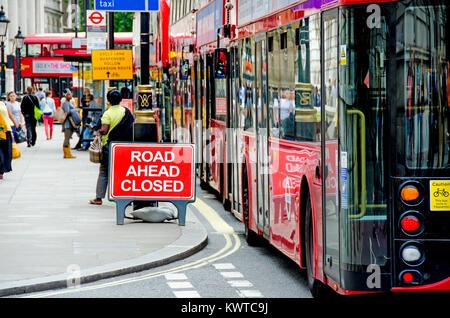 London, England, UK. Busse wegen Straße Queuing in Whitehall geschlossen vor - Stockfoto