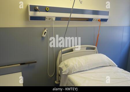 Leeres Bett in einem Krankenhaus Zimmer - Stockfoto